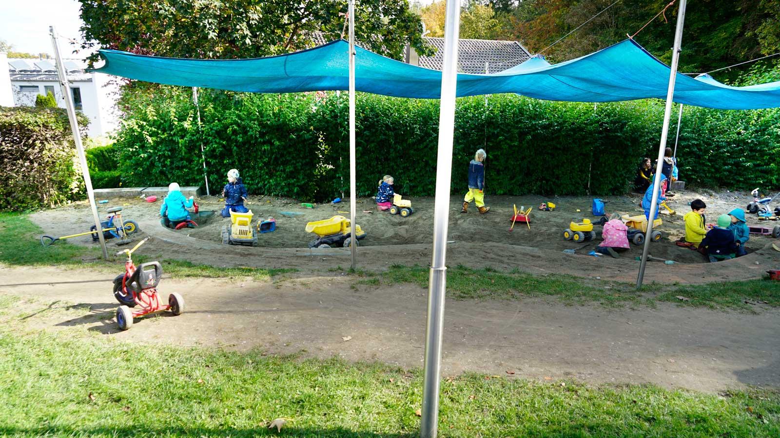Spielfreude im Sandspielplatz im Kindergarten Arche